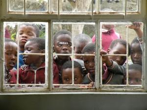 Afrikanische Kinder warten auf Zahnbehandlung